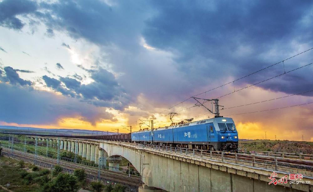 Freight rail powers N China's Inner Mongolia
