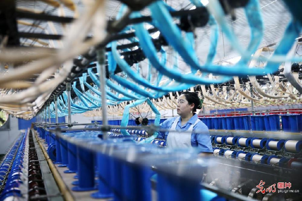 Silk work production at full capacity in C China's Chongqing