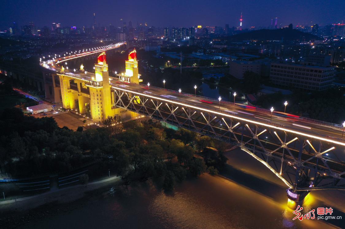 夜幕下的南京长江大桥灯光璀璨