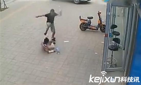 妈妈捡废品供孩子玩游戏 儿子抡起拖鞋一顿暴打
