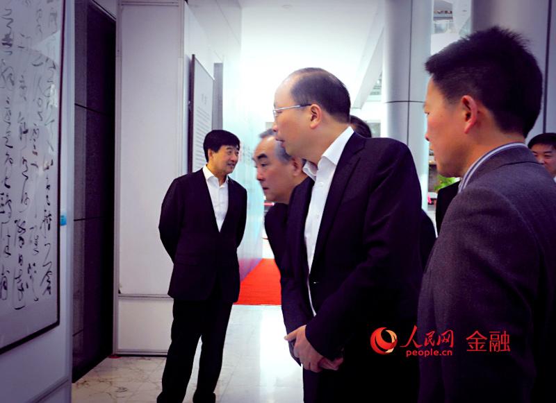 中国工商银行举办第一届书法美术摄影展览,该行行长易会满、银监会特邀顾问、该行原行长杨凯生出席此次展览。(人民网李海霞摄)