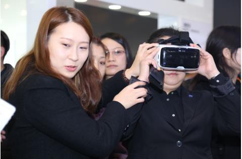 参观者现场体验蔡司vrone虚拟现实设备
