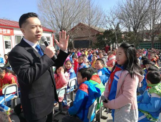 作家怀旧船长在北京打工子弟学校开展公益教学