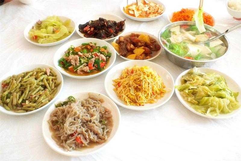 /enpproperty-->   京华时报讯(记者苏季)为提升国内游客旅游体验,昨天,携程旅游宣布,在韩国线路试点团餐认证和透明团餐。   6月开始,携程APP上部分济州岛4日3晚跟团游、韩国首尔5日4晚跟团游、韩国首尔+济州连线自营产品首先通过团餐认证。所有认证产品都是韩国当地人气餐厅,不对当地人开放的团餐厅一律封杀,有差评的餐厅也将取消认证资格。   除了认证外,消费者在预订产品时就可以对每天吃什么一目了然,可根据吃什么选产品。用户可在韩国自营线路看到餐厅名称、餐厅官网或地址、完整菜单、用餐时长等