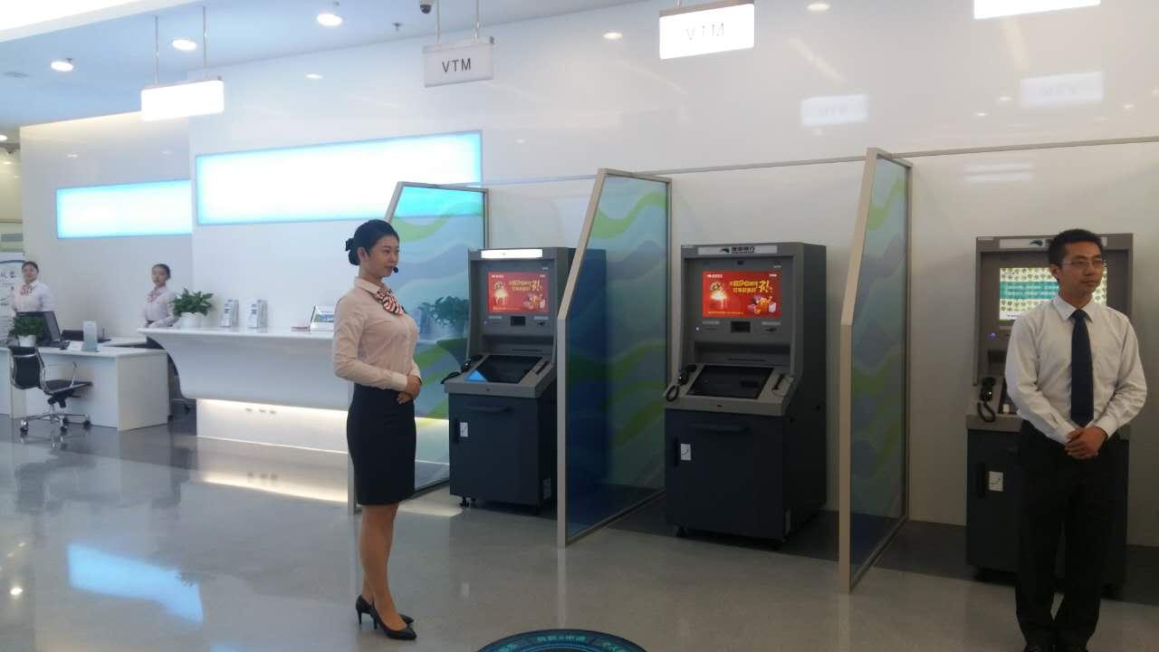 银行工作人员收到信息后准备上前服务
