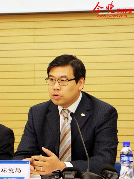 中新天津生态城环境局副局长黄永浩就海量大数据重度孵化产业基地落户生态城相关情况回答媒体提问。