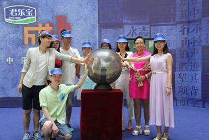 活动期间﹐八强选手与河北省民间成语高手举行了一场语言表达与形体...图片 20711 414x277