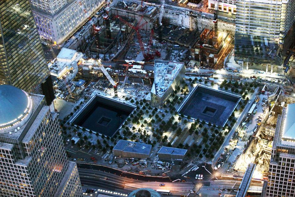 2011年8月12日,从纽约空中俯瞰,巨大的世贸双塔纪念水池。