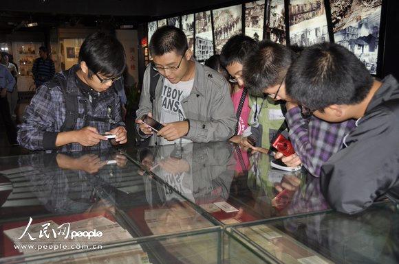 2011年9月18日,一群学生在北京中国人民抗日战争纪念馆参观《日本侵华罪证展》。摄影:人民网记者 杨铁虎