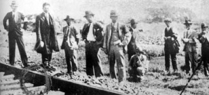 1931年9月18日晚,日本关东军炸毁沈阳北郊柳条湖地段的南满铁路,反诬是中国军人所为。图为柳条湖爆破现场。