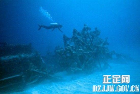 水下塔   1963年,美国海军在波多黎各东南部的海面下,发现一个不明物体以极高的速度在潜行。美国海军派出一艘驱逐舰和一艘潜水艇前去追寻。他们追踪了四天,还是让那东西跑脱了。这个水下不明物体,不仅行速快,而且又有奇异的潜水功能,可以下潜至8000米以下的深海,令声纳都无法搜摘。人们只看到它有个带螺旋桨的尾巴,丽无法窥清其真实面目。   消息披露后,有人估计可能是前苏联的潜艇。然而,美国方面称,以现代的加工制造技术,莫说是前苏联。连美国都无法制造这种可高速行驶,又可下潜深海的物体。   是什么?
