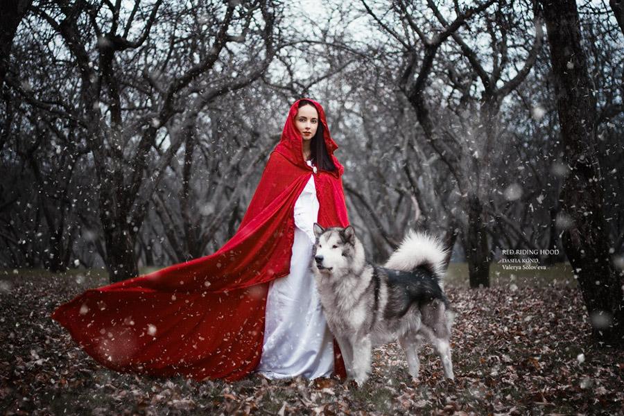 俄美女为Cosplay考驯兽师执照 雪地与熊舌吻