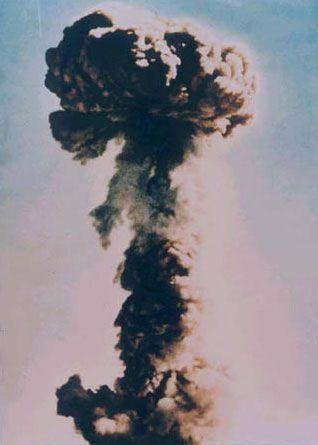 资料图:1964年10月16日中国的第一颗原子弹成功爆炸腾起的蘑菇云