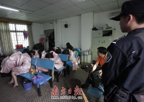 东莞警方突击检查一涉嫌色情服务桑拿场所 _法