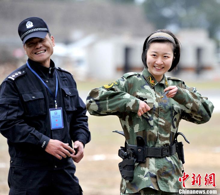 女警花与男武警﹑特战部队退伍兵角逐特警名额图片