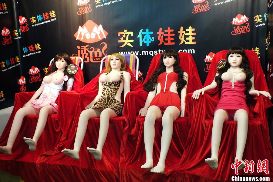 组图:广州性文化节场面火爆 各色 充气娃娃 排排