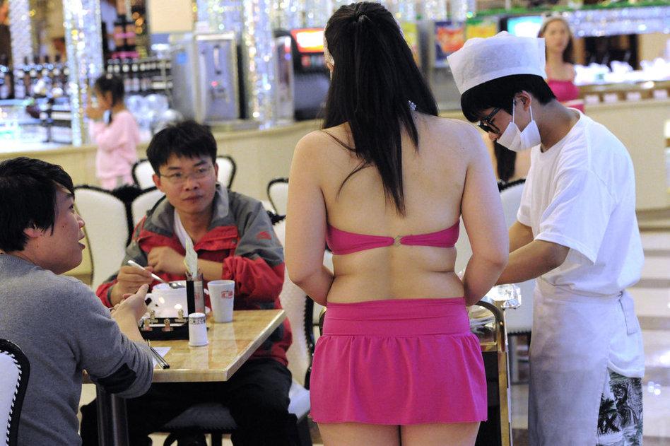 长沙一餐厅要求员工穿比基尼上班 食客羞红脸