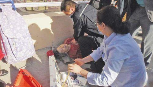 医生/医护人员赶到后,对老人进行心肺复苏抢救。(图片由市民李先生...