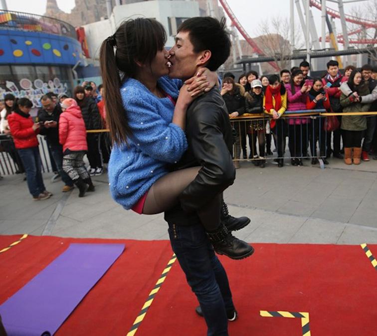 情人节接吻比赛+奇葩姿势轮番上演