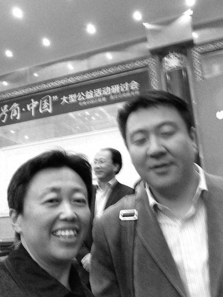 在朋友圈中,张红霞晒出自己与朋友参加公益活动的合照。供图/张梅