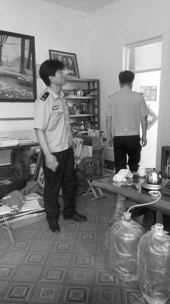 北京顺义民警在事发后前往张红霞家中调查。供图/张梅