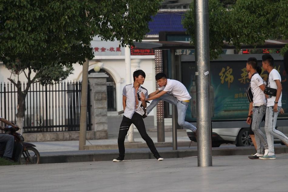 湖北襄阳中学生街头打架 多人围殴一人 图片