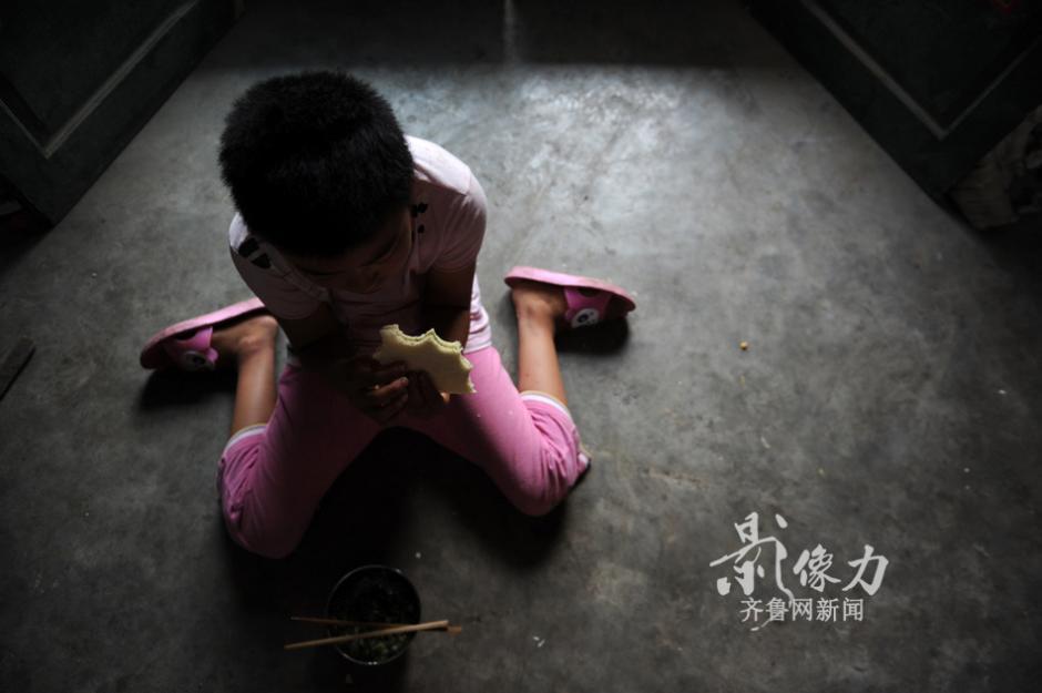 12岁女孩被绳子捆绑的童年 图片新闻