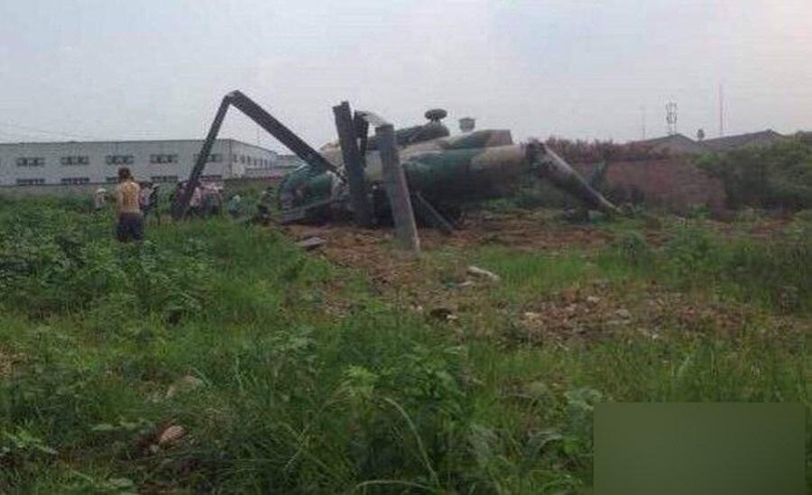四川成都一军用直升飞机坠毁农田