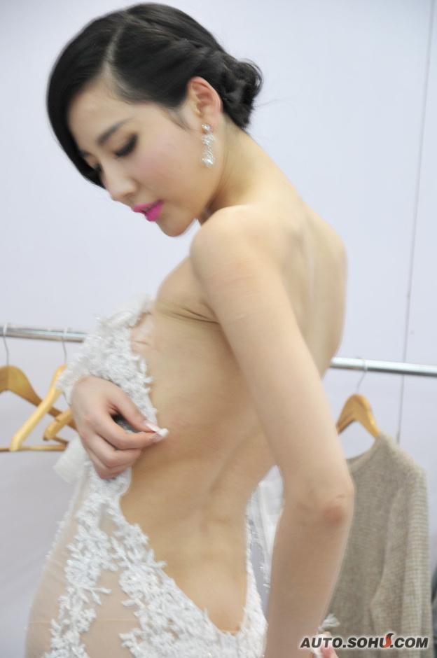 最美胸部车模更衣惨被偷拍(12)_图片新闻_光