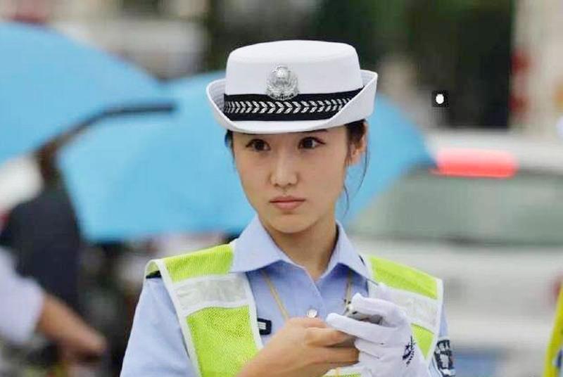 陕西美女交警爆红 网友点赞:果然名不虚传