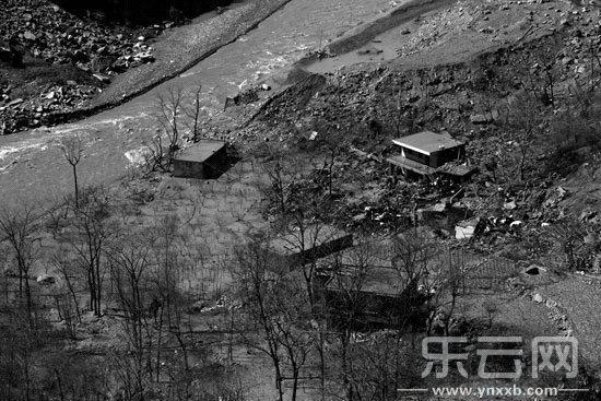 云南鲁甸堰塞湖水退去 村民挖出20万现金图片