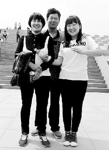 李文斌(中)生前与家人温馨的合影