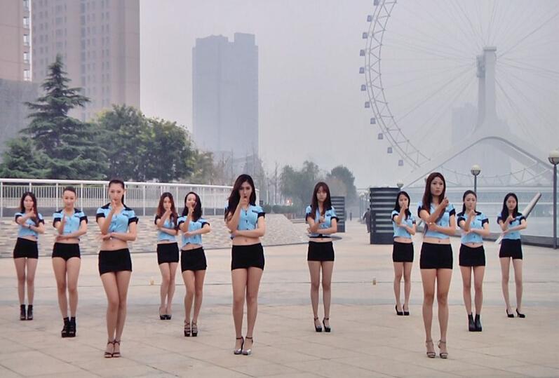 嫩模团穿性感短裙在广场扮女警跳手舞组图