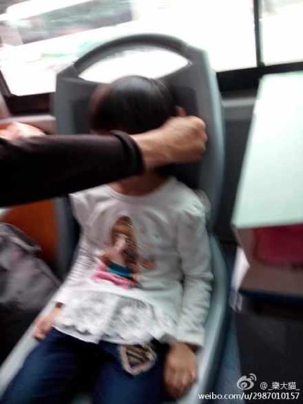孙女车上睡着爷爷用手当枕头 有爱一幕感动网友