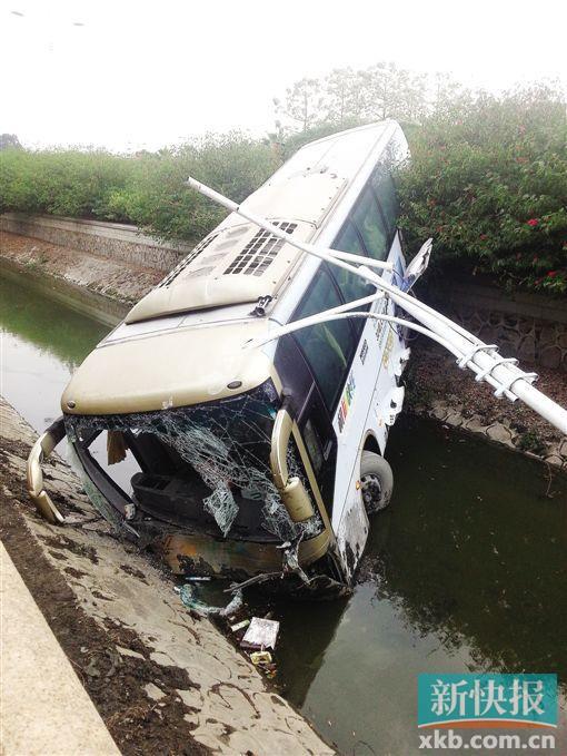 白云机场大巴追尾小轿车后栽进河沟 致6人受伤