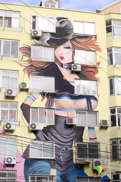 山东青岛居民楼现性感大胸美女巨幅墙绘 法
