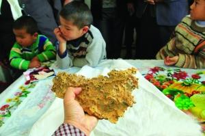 一块重,2015年1月30日,由一位哈萨克族牧民在新疆阿勒泰地区青河县境内发现。据当地史志办工作人员称,这是迄今为止在新疆发现的最大一块狗头金。