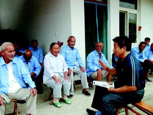 一有时间,魏建泉就陪老人们在一起看报聊天。