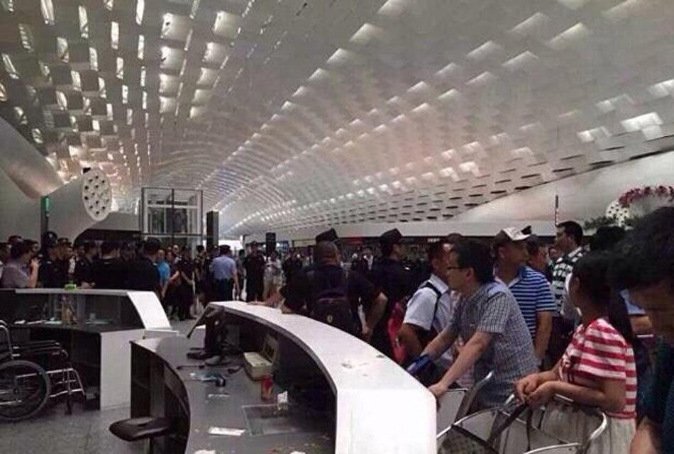 网曝:深圳机场航班延误 乘客暴怒 打砸现场
