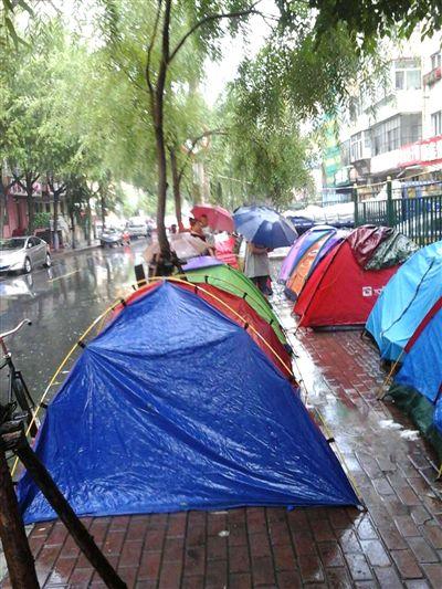 家长提前8天雨中支帐篷排队 让孩子上公办幼儿园