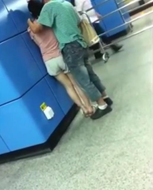 广州一对情侣情难自禁 男友对女友上下其手摸