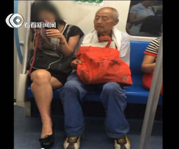 东北老头操妇女视频_据视频拍摄者介绍,这名老人大概是在陆家浜路上车,而视频是在地铁行进