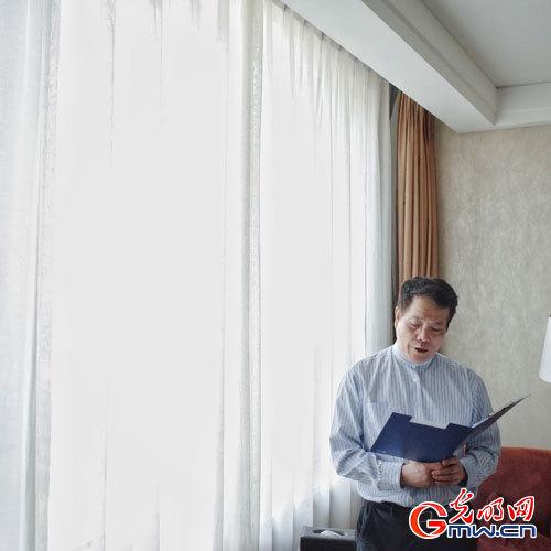 【三月朗读者】今天,赵丽宏委员为你朗读《脊梁》