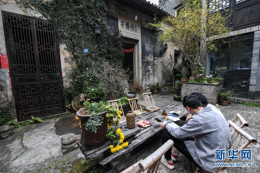 """(新春走基层·图片故事)(6)探访转型期的""""中国油画第一村"""""""