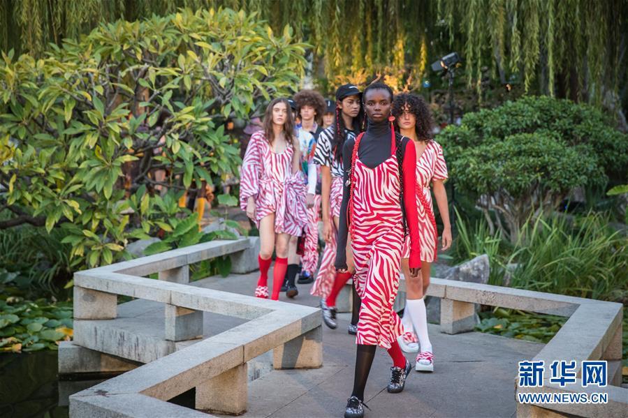 (国际)(1)澳大利亚时装周——中国花园里的时装秀