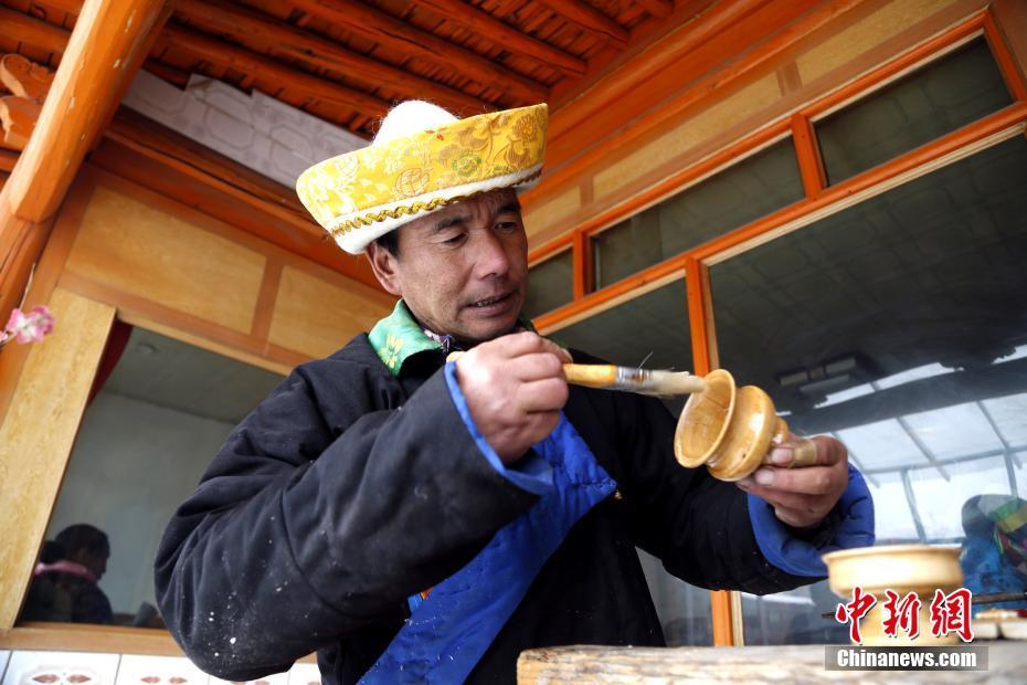 青海土族匠人坚守旋木技艺30年