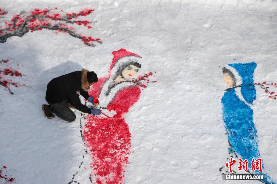 河南洛阳绘画爱好者雪地绘出《踏雪寻梅》