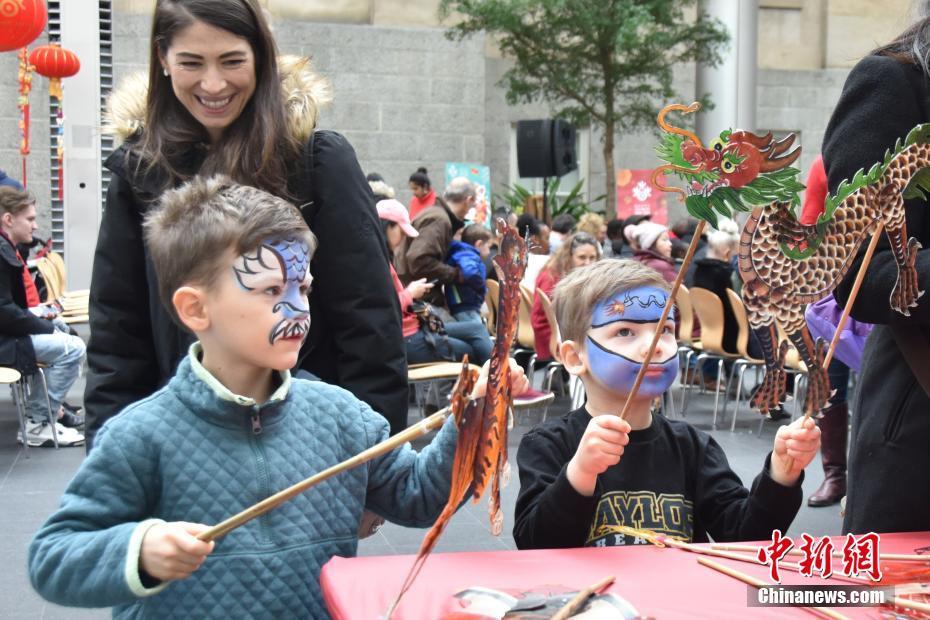 美国艺术博物馆中国新年家庭日吸引众多美国民众参观体验