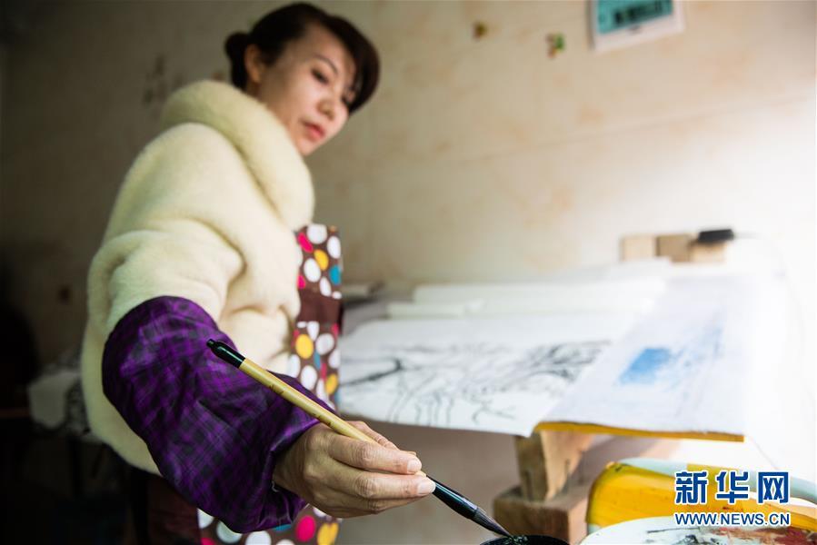 (聚焦疫情防控)(4)增收防疫两不误,农民画师作画忙