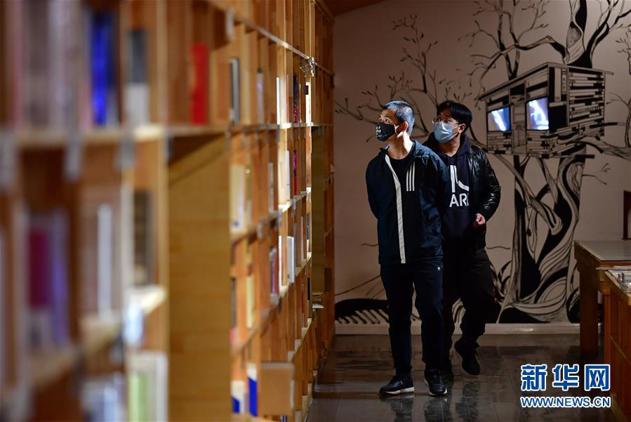 (聚焦疫情防控)(1)山西太原:实体书店逐渐恢复营业